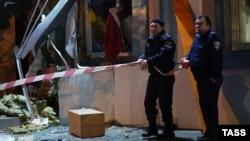 Сотрудники правоохранительных органов Одессы на месте декабрьского взрыва в офисном здании, где располагается волонтерская организация, собирающая помощь для украинских военных