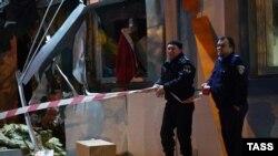 Одессада жарылыс болған жерде тұрған полицейлер. 10 желтоқсан 2014 жыл. (Көрнекі сурет)