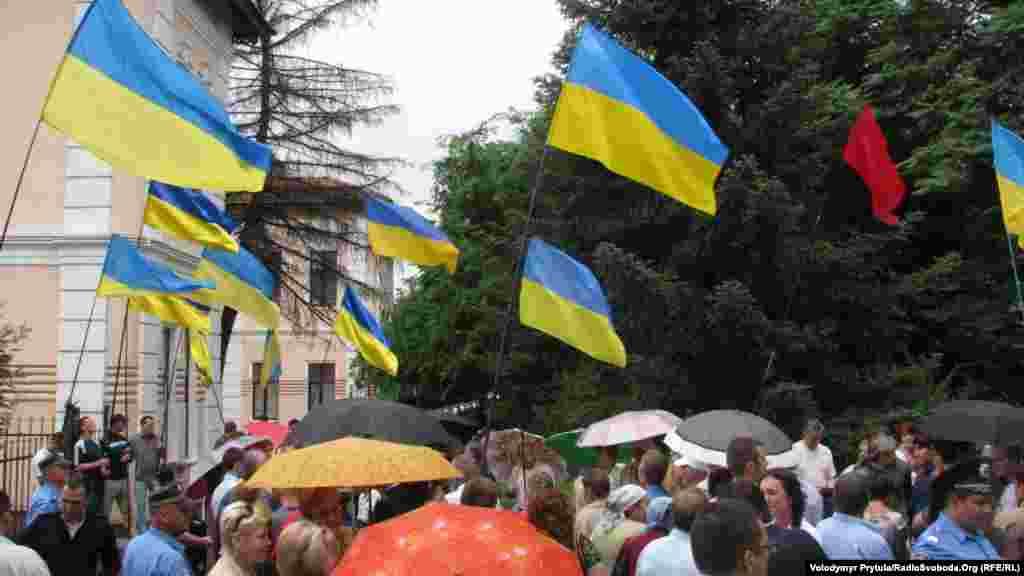 В акции, которая проходила, преимущественно, под государственными флагами и без партийной символики, приняли участие около 100 человек