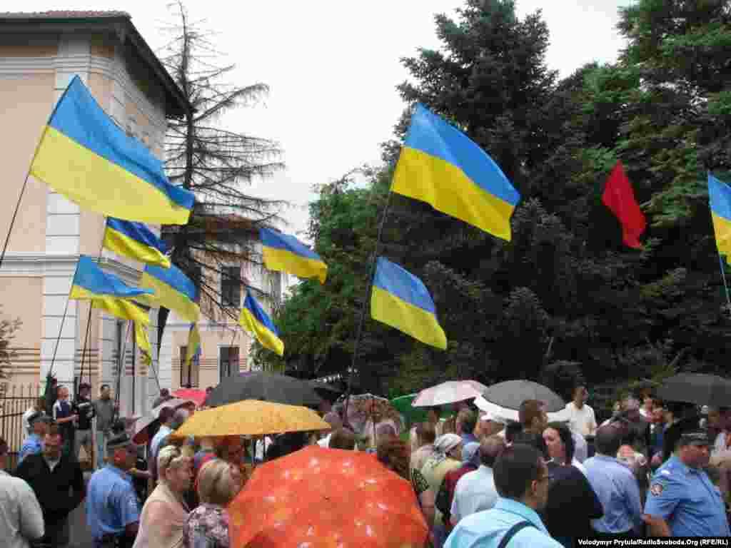 В акції, яка проходила переважно під державними прапорами і без партійної символіки, взяли участь близько 100 осіб.