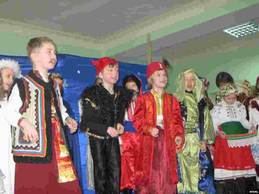 У ролі персонажів святкового дійства - учні 3-б класу - вертеп, школа