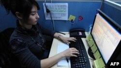 Женщина за компьютером на своем рабочем месте. 4 февраля 2010 года.