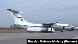 Ил-76 – советский и российский тяжёлый военно-транспортный самолёт, разработанный и запущенный в производство в начале 1970-х. Самолёт способен доставлять, в зависимости от модификации, грузы максимальной массой 28–60 т на расстояние 3600–4200 км с крейсерской скоростью 770–800 км/ч