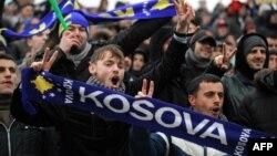 "Косово мен Гаити арасындағы фатчқа келген, ""Косово"" деген жазу көтерген футбол жанкүйерлері. Косово, Митровица, 2014 жылдың наурызы."