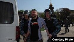 Поэта Александра Дельфинова задержал ОМОН на Старой площади в Москве 7 мая 2012 г