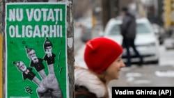 """Предвыборный плакат с надписью """"Не голосуйте за олигархов"""" на одной из улиц Кишинева"""