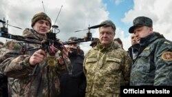 Petro Poroshenko (ortada)