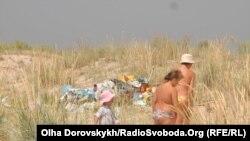 На заповідній території Білосарайської Коси – купи сміття