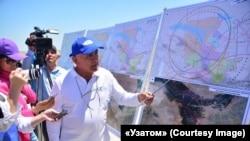 Представитель «Узатома» демонстрирует журналистам карту с потенциальным местом строительства АЭС в Фаришском районе Джизакской области. 7 июля 2019 года.