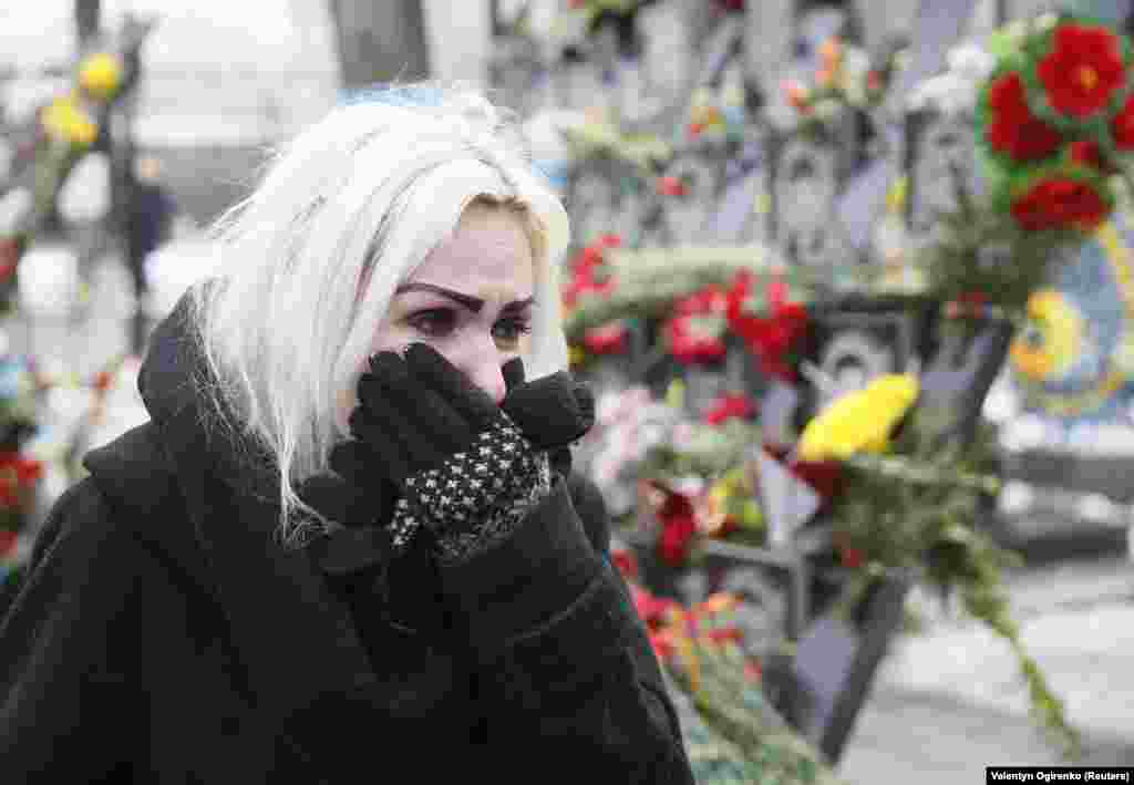 Жінка плаче під час урочистої церемонії вшанування пам'яті загиблих Героїв Небесної сотні, Київ, вулиця Інститутська, 20 лютого 2018 року
