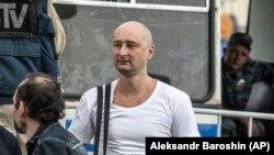 Аркадий Бабченко у автозака на акции протеста в Москве, 31 мая 2013 г.