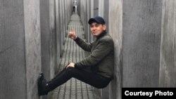 Нурлан Насип в мемориале жертвам Холокоста в Берлине. Фотография удалена со страницы Instagram после критики.