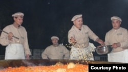 В рамках фестивался лучшие повара столицы сварили самый большой плов