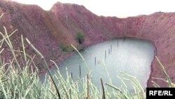 Полигондағы жарылыстан пайда болған көл. 2009 жылдың тамызы.