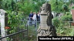 O veche piatră tombală ce urmează să fie restaurată anul acesta în Cimitirul catolic din Chișinău