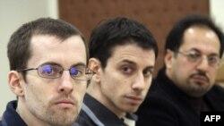 از چپ: شین باوئر، جاش فتال و مسعود شفیعی در نخستین جلسه دادگاه سه شهروند آمریکایی