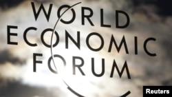 Логотип Всемирного экономического форума на окне конгресс-центра в Давосе.
