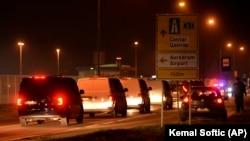 Bosanski državljani prilikom povratka iz Sirije pod jakim obezbeđenjem napuštaju aerodrom u glavnom gradu Sarajevu, u BiH 19. decembra 2019.
