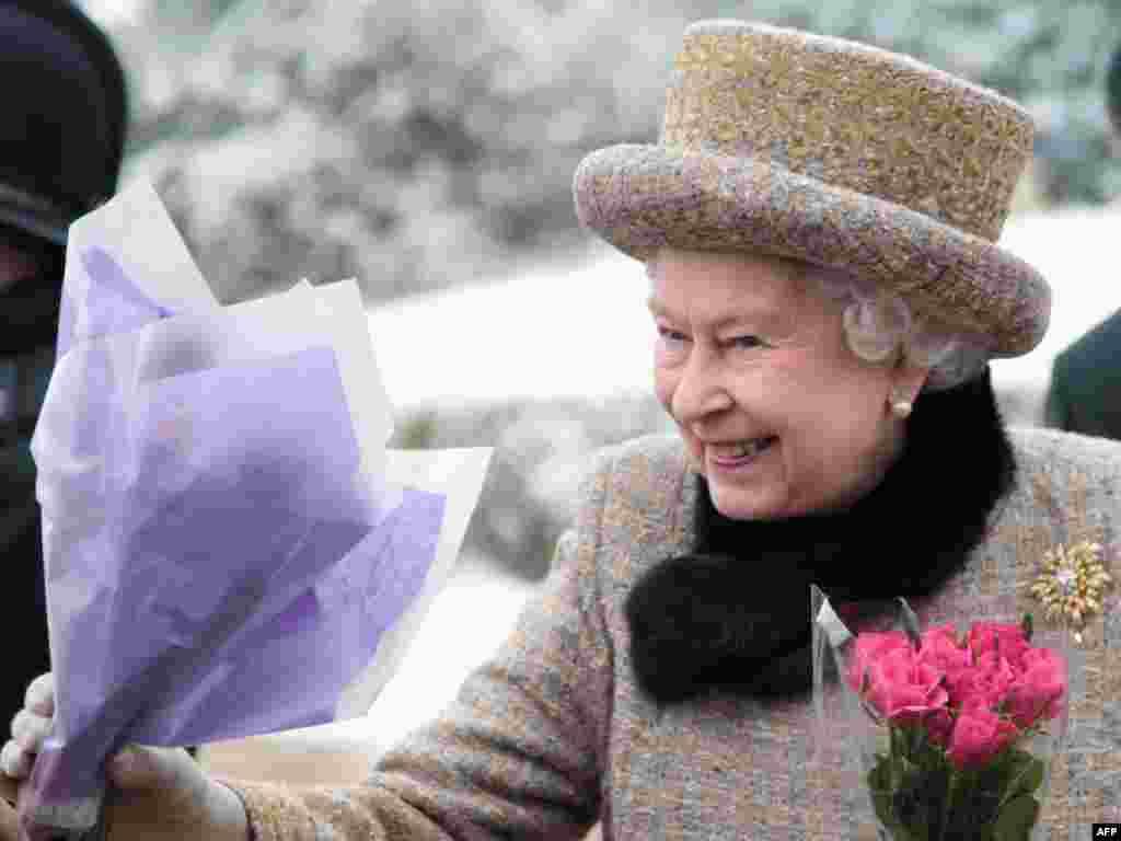 Королеве преподносят цветы после воскресной службы. 5 февраля 2012 года.
