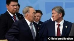 Президент Казахстана Нурсултан Назарбаев (на переднем плане слева) и президент Кыргызстана Алмазбек Атамбаев (справа). Бишкек, 13 сентября 2013 года.