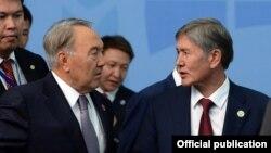 Президент Казахстана Нурсултан Назарбаев и президент Кыргызстана Алмазбек Атамбаев.