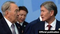 Президент Казахстана Нурсултан Назарбаев (слева) и президент Кыргызстана Алмазбек Атамбаев (справа).