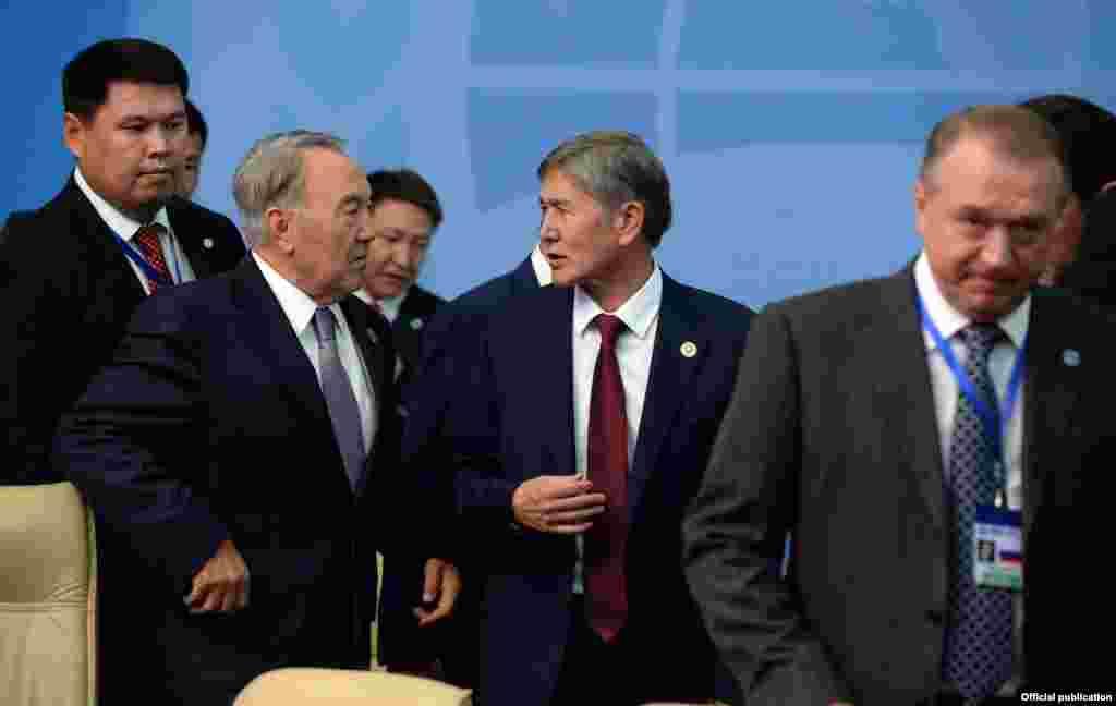 Нурсултан Назарбаев и Алмазбек Атамбаев на саммите Шанхайской организации сотрудничества (ШОС). Бишкек, 13 сентября 2013 года.