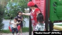Фирӯза Ҳафизова ҳамроҳи духтараш Асмоа