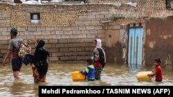 اعضای یک خانواده در حال تخلیه روستایی در اطراف شهر اهواز
