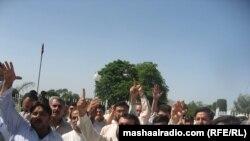 په پېښور کې خبریالان د نصرالله اپریدي د وژنې خلاف مظاهره کوي .نېټه ۱۱ مې ۲۰۱۱ م کال