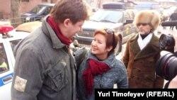 Алексей Козлов и Ольга Романова у здания суда
