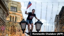 Болельщик празднует выход сборной России в четвертьфинал