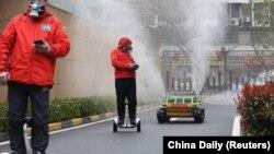 Radnici kontorlišu robote koji sprovode dezinfekciju Vuhana, 3. mart 2020.