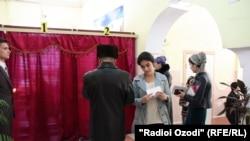На избирательном участке в Душанбе. 1 марта 2015 года.