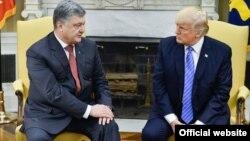 Украина президенті Петр Порошенко Ақ үйде АҚШ президенті Дональд Трамппен кездесуде отыр. Вашингтон, 20 маусым 2017 жыл.