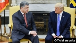 Украина президенті Петр Порошенко мен АҚШ президенті Дональд Трамп Ақ үйдегі кездесуде.