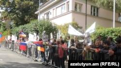 Չեխիայի հայերը բողոքի ցույց են անցկացնում Պրահայում Հունգարիայի դեսպանատան մոտ, 8-ը սեպտեմբերի, 2012թ.