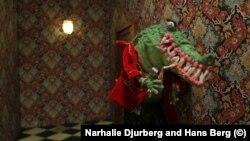 """Кадр из фильма Натали Юрберг и Ханса Берга """"Не нужно быть домом, в мозгу есть коридоры"""""""
