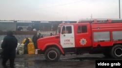 """Пожарная машина на барахолке, рядом со сгоревшим рынком """"Алатау"""". Алматы, 12 декабря 2013 года."""