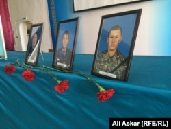 Фотографии погиблих военнослужащих во время нападений 5 июня. Актобе, 9 июня 2016 года.