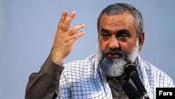 محمدرضا نقدی، فرمانده سازمان بسیج ایران از رواج کت و شلوار در کشور انتقاد میکند و میگوید ما لباسهای بهتر و راحتتری داشتیم