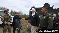 Donald Trump sa graničnom policijom nakon posjete stanici u Teksasu