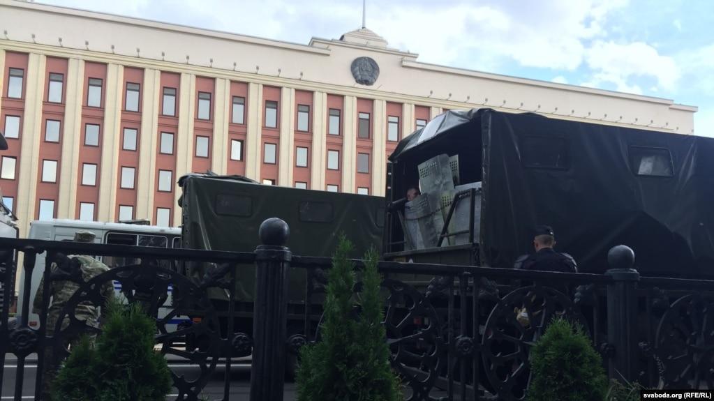 Фото - На вулицях Мінська військова техніка, силовики оточують будівлі та площі (фото)