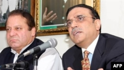 Nawaz Sharif (left) and Asif Ali Zardari at the press conference on August 7