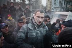 کلیچکو از رهبران مخالفان تلاش کرد جلوی خشونتها را بگیرد، اما خود نیز هدف حمله گروهی از معترضان قرار گرفت