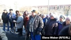 Жители Актау, выражающие недовольство жизнью в поселке. Карагандинская область, 6 марта 2015 года.