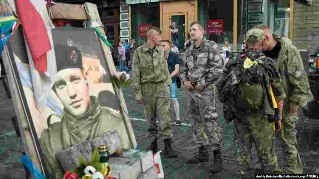 Бійці одного з добровольчих батальйонів згадують часиРеволюції гідності біля каплички одному з перших загиблих -білорусу Михайлу Жизневському на вул. Грушевського