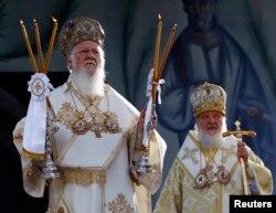 Вселенський патріарх Варфоломій (ліворуч) і патріарх Московський Кирило. Сербія, Белград, 6 жовтня 2013 року