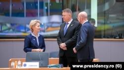 Klaus Iohannis, alături de președinta Comisiei Europene, Ursula von der Leyen, și președintele Consiliului, Charles Michel