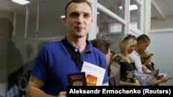 Мешканець окупованої частини Донеччини хвалиться російським паспортом, Покровське Ростовської області Росії, 14 червня 2019 року